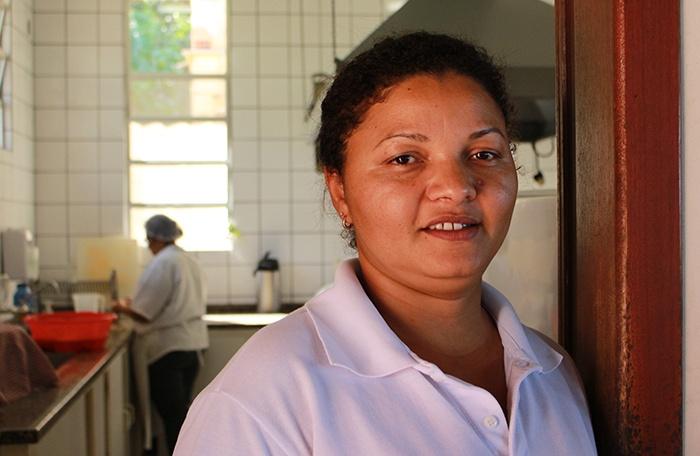 Maria Solange de Souza também ajuda na cozinha. Foto: Maria Fernanda Salinet.