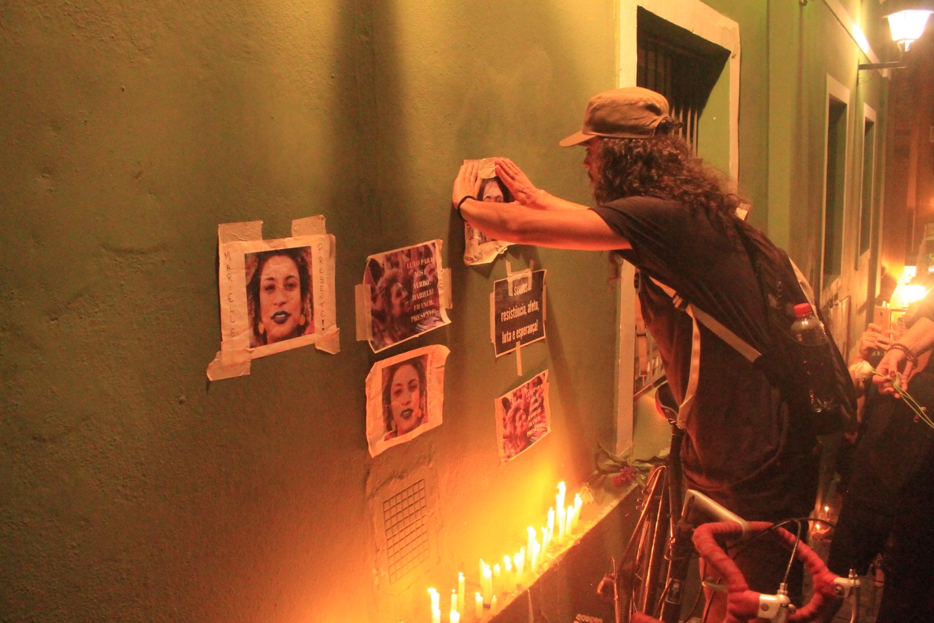 Os protestantes colaram cartazes nas paredes dos prédios ao lado da escadaria da Igreja Nossa Senhora dos Homens Pretos, e acenderam velas para homenagear Marielle Franco. Foto: Fernando Lisboa.