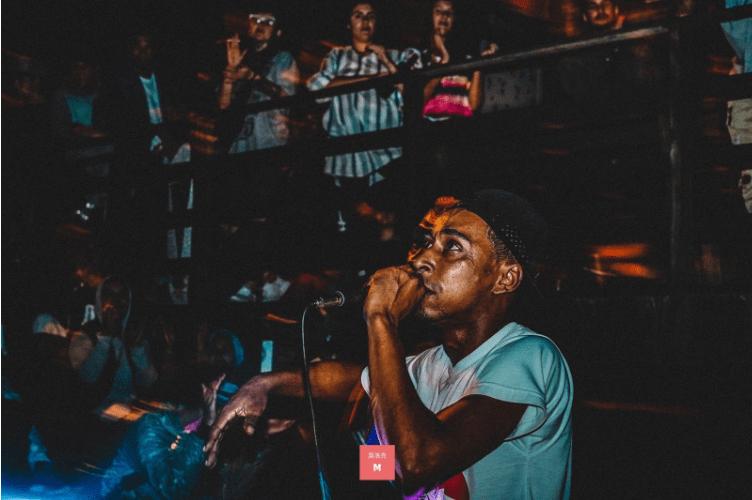 MC DKG cantando na primeira edição da Batalha da Lomba/2018. Foto: Mathias Luz.