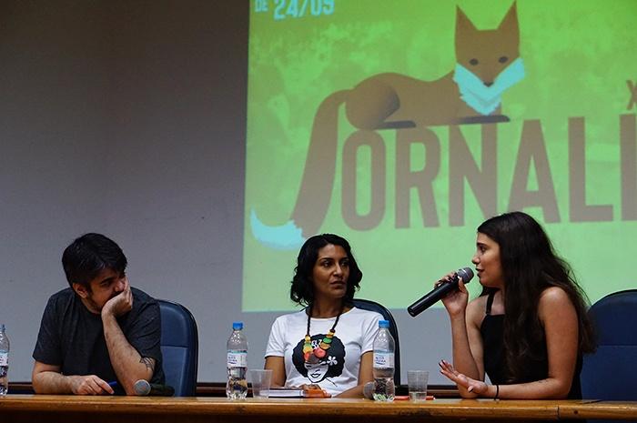 Rebecca Silva e Pablo Vilaça acompanhados da professora Leslie Chaves na palestra sobre jornalismo cultural. Foto: Lívia Tokasik.
