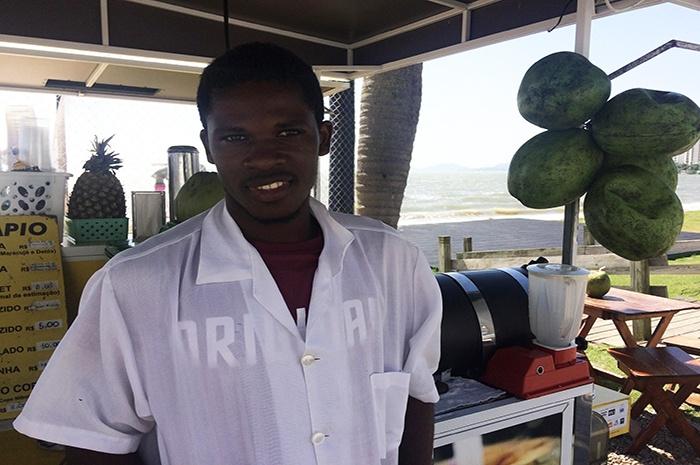 Erbe João Batista, 25 anos, trabalha numa barraca de água de coco na Beira Mar, de segunda a sábado.