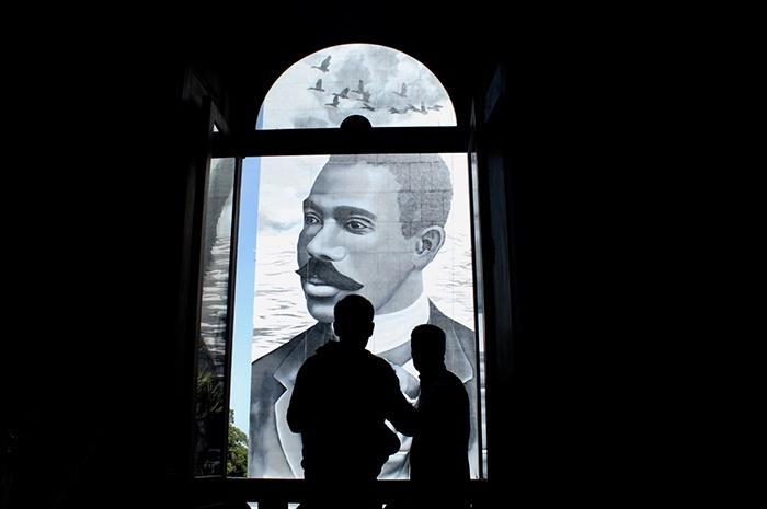 Imagem de Cruz e Sousa é admirada pela janela do Palácio que leva o nome do escritor