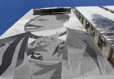 Um elevador alçava os artistas à parte mais alta do mural